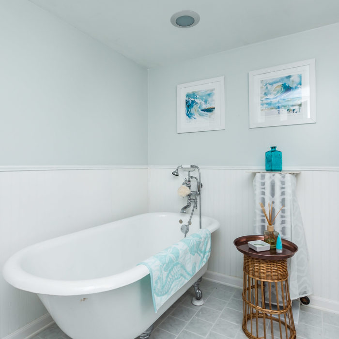 209 2nd Avenue Southwest white bathroom tub