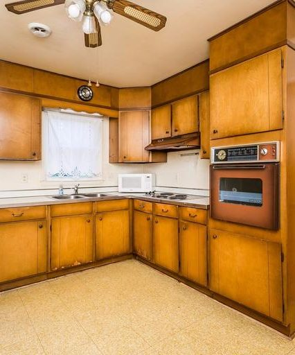 8944 Satyr Hill Rd. kitchen oven