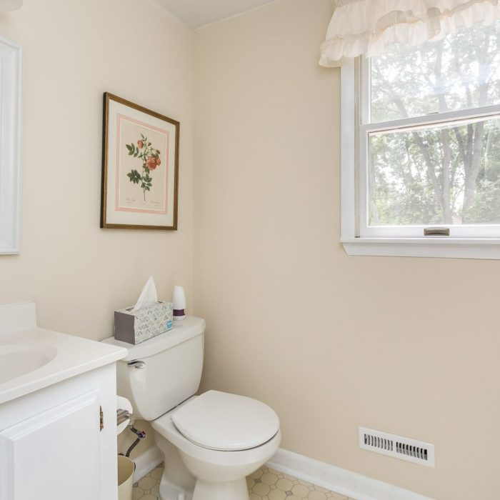 201 Janet Ct. bath with beige walls