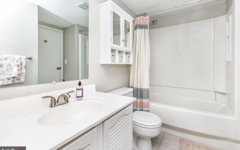 28 Stillwood Circle, full bathroom