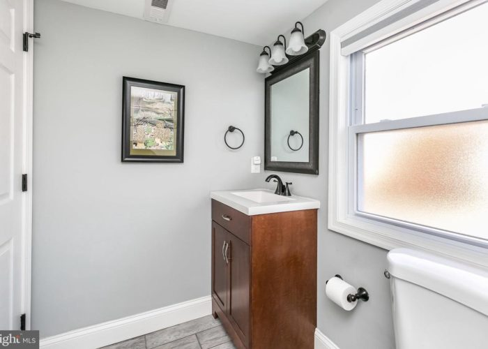 3039 Fleetwood Avenue, second bathroom