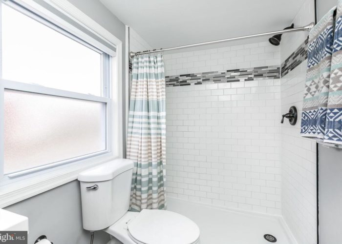 3039 Fleetwood Avenue, bathroom with white tile