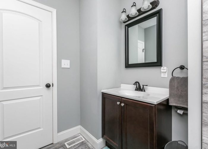 3039 Fleetwood Avenue, bathroom vanity