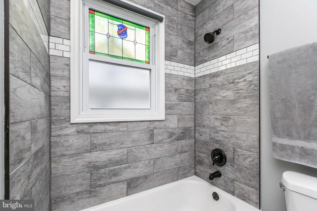 3039 Fleetwood Avenue bathroom tile and stained glass window