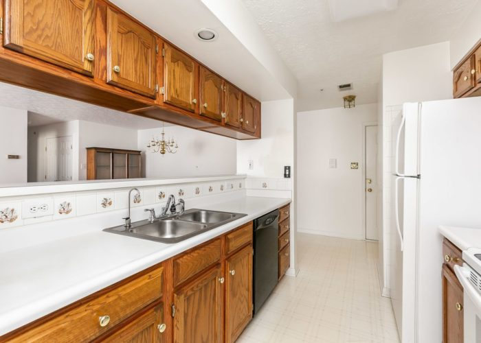 15 Willow Path Court, large galley kitchen