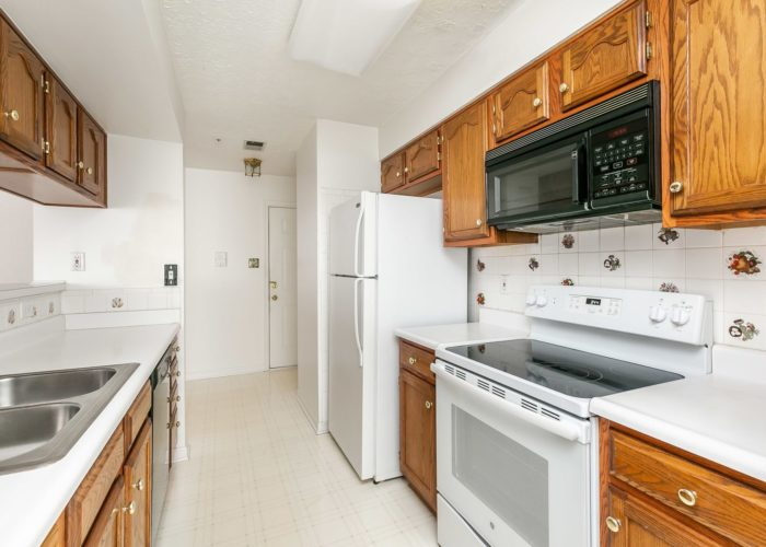 15 Willow Path Court, galley kitchen with appliances