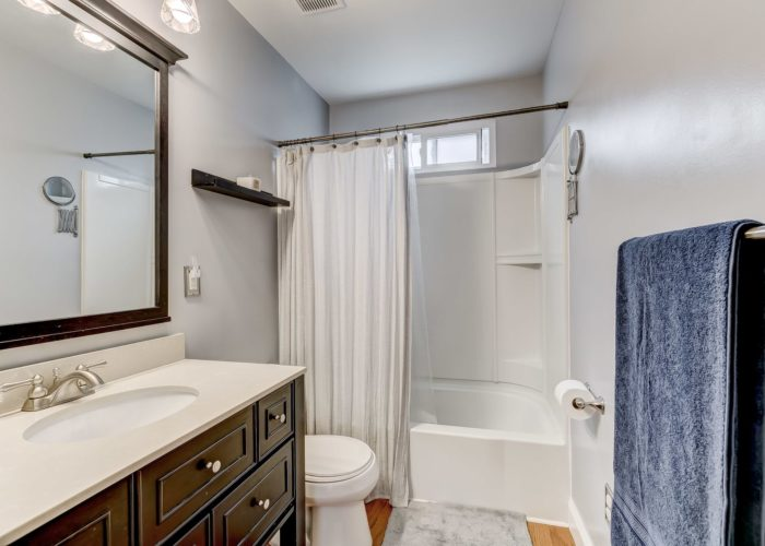 552 W. Woodlynn Road, bathroom with shower