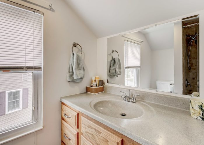 552 W. Woodlynn Road, bathroom vanity