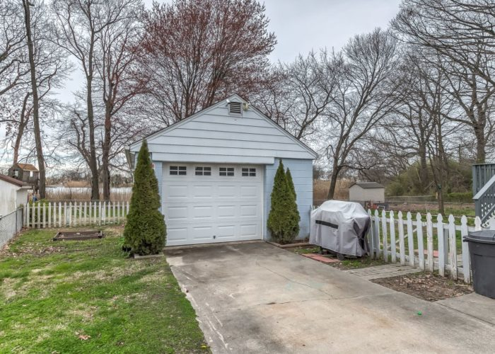 552 W. Woodlynn Road, garage and driveway