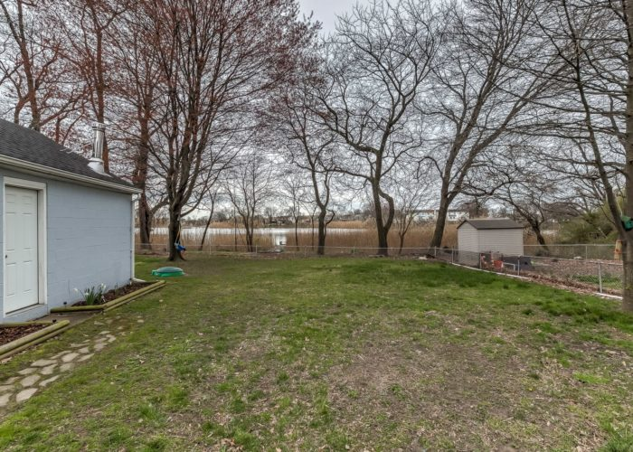 552 W. Woodlynn Road, fenced yard