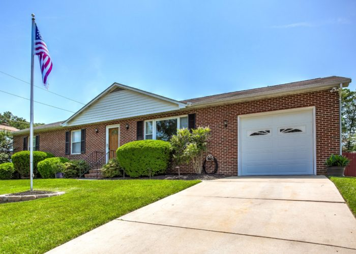 3 Hoff Court, house with driveway and garage