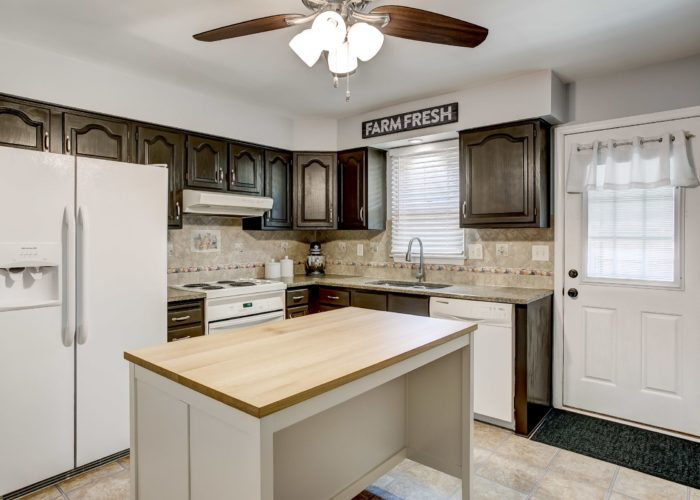 3 Hoff Court, kitchen with island and ceiling fan