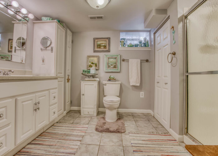 4247 Darleigh Road, bathroom with lots of space