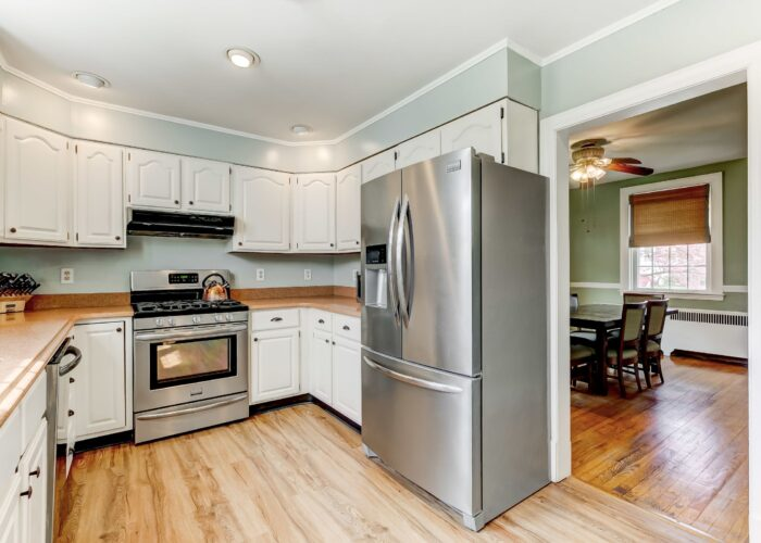 2821 Bauernwood Ave, stainless appliances