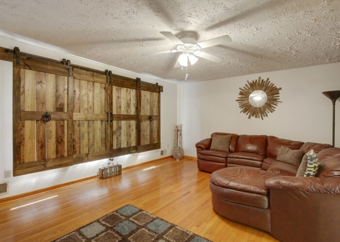 808 Gary Drive, living room with ceiling fan and textured ceiling