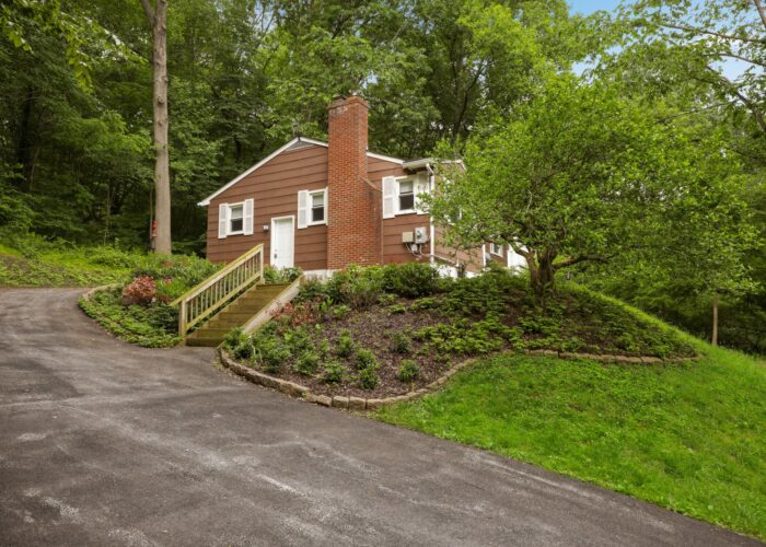 701 E Quaker Bottom Road, view from driveway