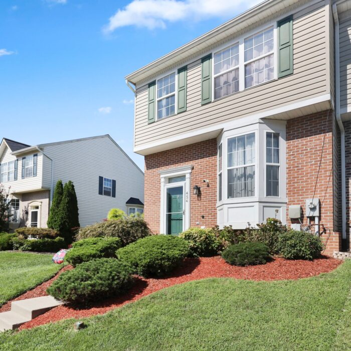 454 Deer Hill Circle, front landscaping
